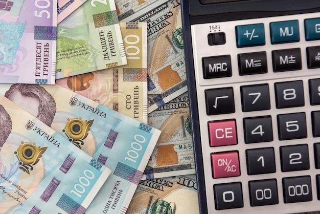 Plano de fundo para o projeto de notas de dólares eua e hryvnia ucraniana. câmbio monetário