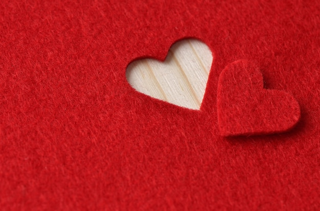 Plano de fundo para o projeto para o dia dos namorados. coração decorativo de feltro vermelho