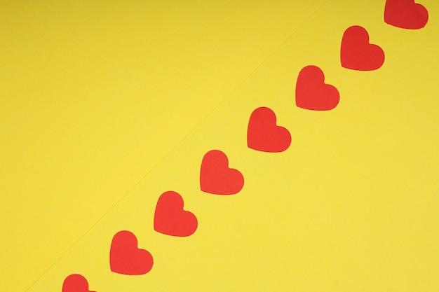 Plano de fundo romântico com corações vermelhos e espaço de cópia