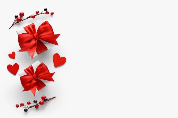 Plano de fundo romântico dia dos namorados - presentes com laços vermelhos e corações. camada plana, vista superior, espaço de cópia