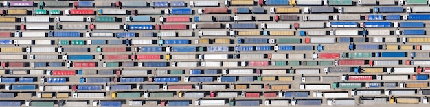 Plano de fundo, textura ou padrão. uma enorme fila de caminhões na fronteira ou terminal. vista aérea.