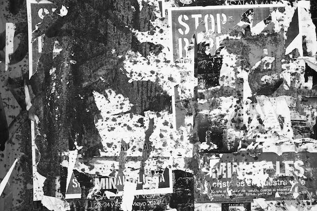Plano de fundo texturizado grunge com cartazes rasgados. imagem em preto e branco