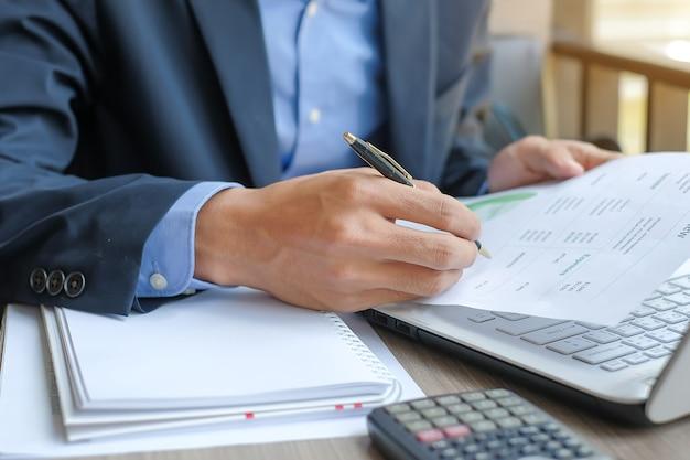 Plano de maketing de análise de homem de negócios