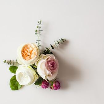 Plano de moldura floral casamento redondo leigos. vista superior das flores rosas com espaço de cópia