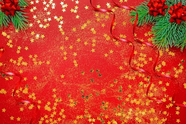 Plano de natal com confete e galhos de árvores