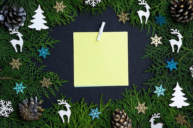 Plano de natal com notas e decorações amarelas