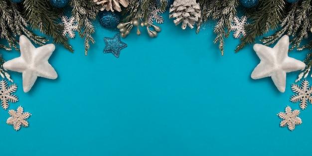 Plano de natal com ramos de abeto no azul