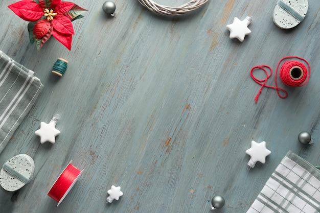 Plano de natal deitado em cinza, verde, branco e vermelho, cópia-espaço. fundo de natal com caixas de presente e enfeites