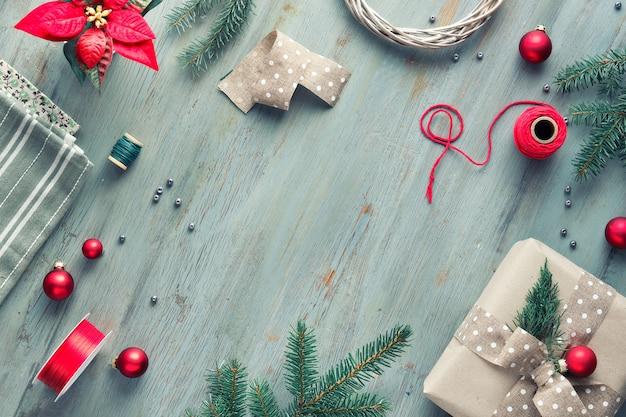 Plano de natal deitado no espaço de texto cinza, verde, branco e vermelho. fundo de natal com caixas de presente e enfeites feitos à mão