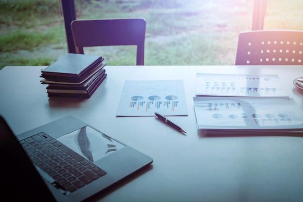 Plano de negócios confiável e atencioso sobre a mesa na sala de seminários