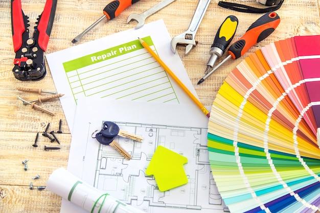 Plano de paleta de pintura e ferramentas de reparo. foco seletivo. cor.