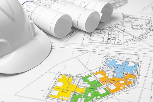 Plano de papel de planos de construção arquitetônica na mesa