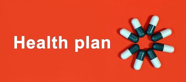 Plano de saúde - texto branco sobre fundo vermelho com cápsulas de comprimidos