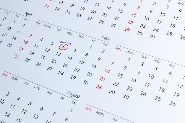 Plano de vacinação covid-19 escrito no calendário para preparar