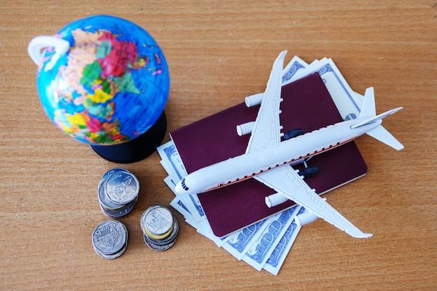 Plano de viagem (modelo de avião e passaporte)