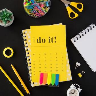 Plano de vista superior amarelo faça calendário