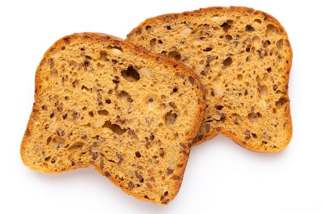 Plano deitado em fatias de pão de centeio isoladas