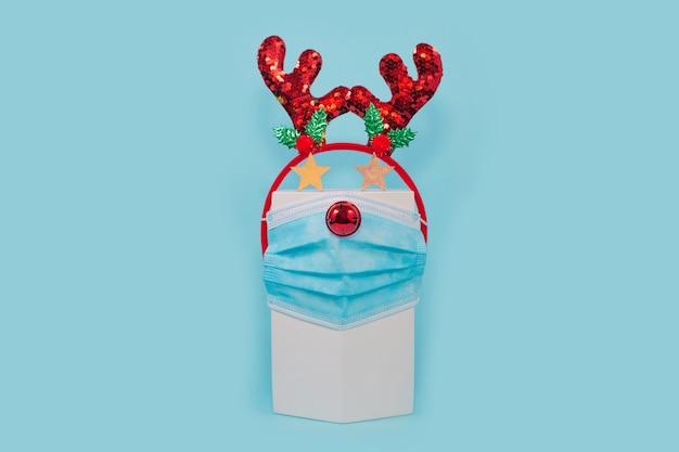 Plano festivo de natal com máscara facial e aro de cabeça em azul