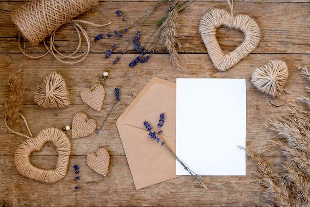 Plano festivo para o dia dos namorados da decoração faça você mesmo. corações de juta, flores de lavanda, envelope de papel artesanal. zero desperdício de dia dos namorados conceito e mock up.