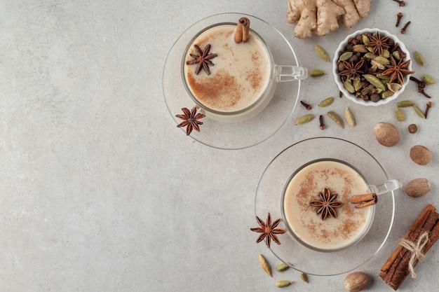 Plano horizontal com chá indiano masala chai e especiarias diferentes