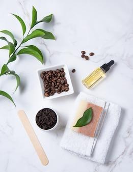 Plano horizontal com ingredientes naturais para esfoliação corporal caseira com café e azeite de oliva