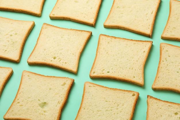 Plano horizontal com torradas de pão no fundo de hortelã