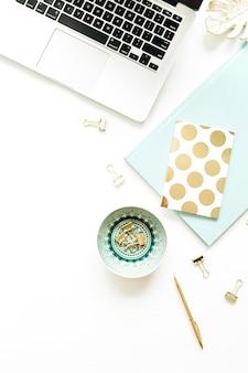 Plano leigo, área de trabalho da mesa de escritório em casa moderna de vista superior mulher em fundo branco.