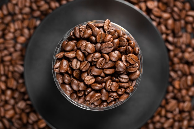 Plano leigos grãos de café na tigela