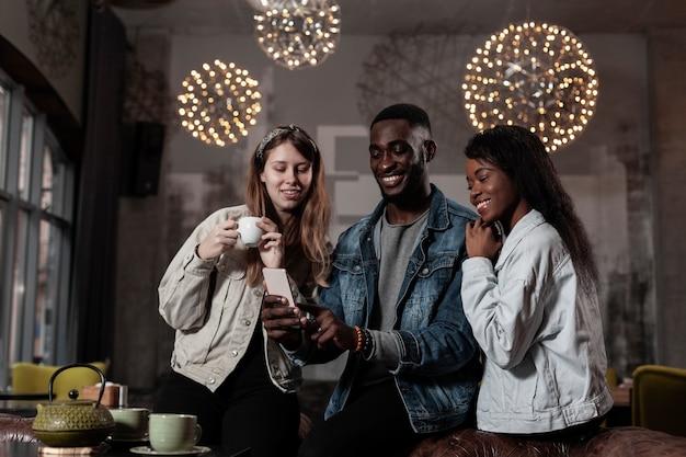 Plano médio de amigos multiculturais