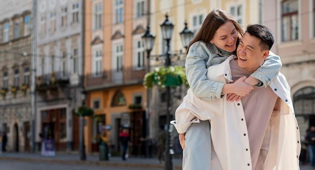 Plano médio de casal feliz estilo de vida ao ar livre