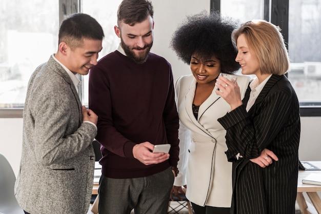 Plano médio de empresários falando