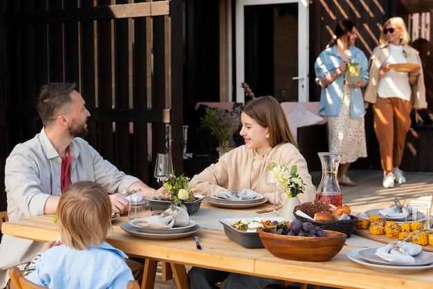 Plano médio de estilo de vida familiar ao ar livre