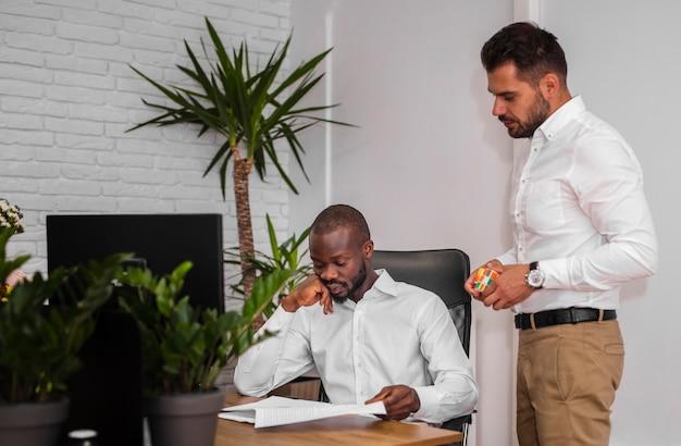 Plano médio de homens de negócios
