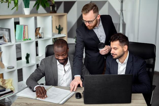 Plano médio de homens trabalhando