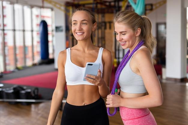 Plano médio de mulheres no ginásio