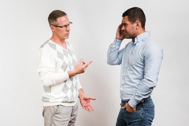 Plano médio de pai e filho discutindo