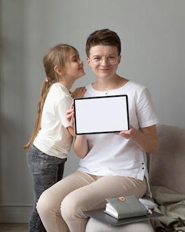 Plano médio de pais e filhos com tablet