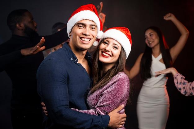Plano médio do casal na festa de ano novo