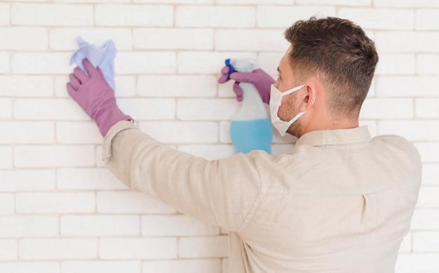 Plano médio, homem, desinfecção, parede