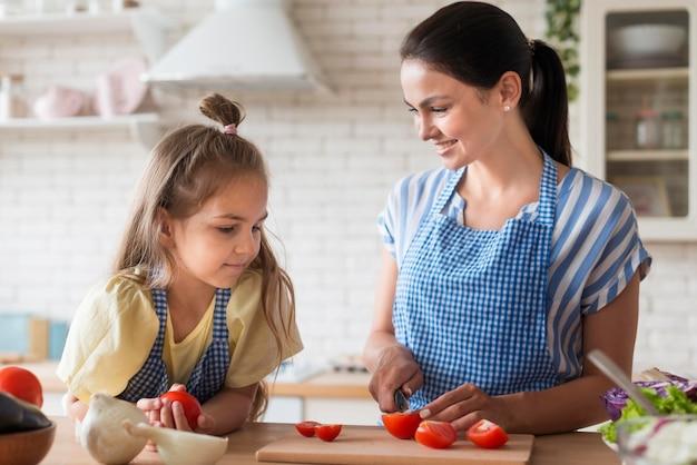 Plano médio, mãe, corte, tomates