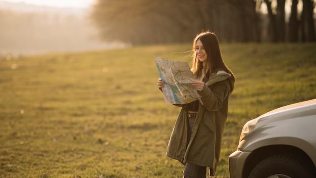 Plano médio, mulher, leitura, mapa