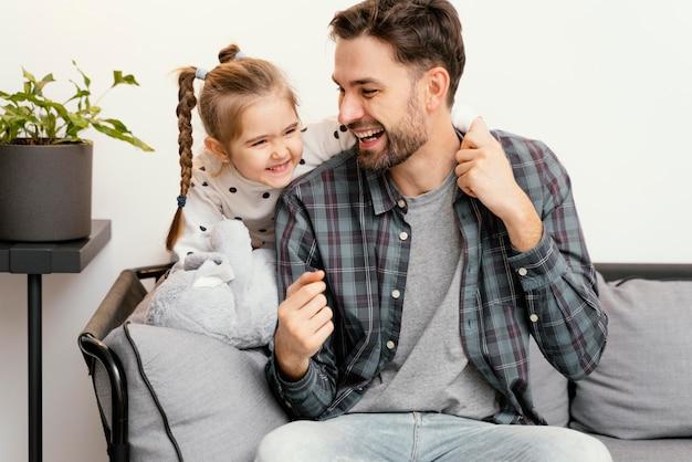 Plano médio, pai e filha felizes