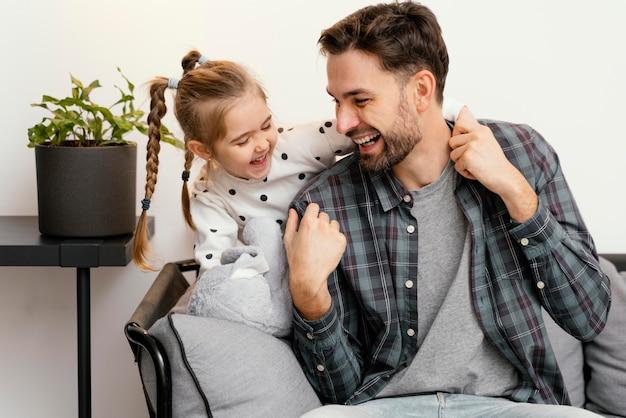 Plano médio, pai e filho felizes