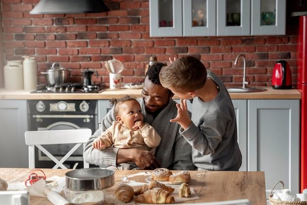 Plano médio, pai e filhos felizes