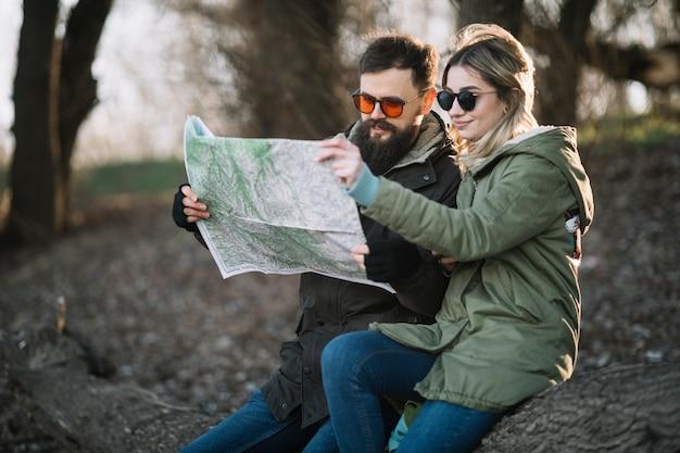 Plano médio, par, olhando mapa