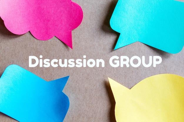 Plano plano com balões de fala para o conceito de grupo de discussão