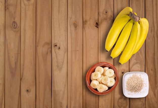 Plano plano com cacho de bananas e rodelas de banana com açúcar