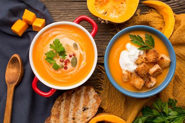 Plano plano de sopa de abóbora com torradas e croutons