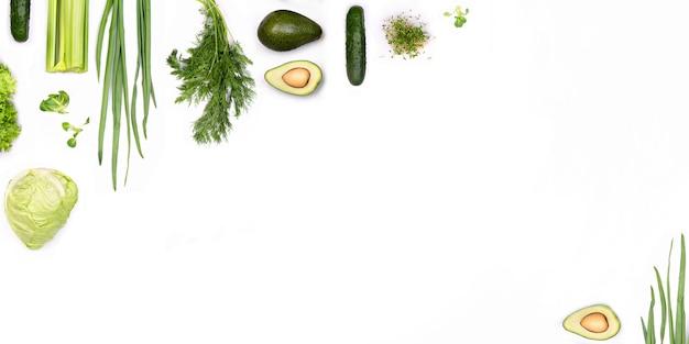 Plano verde lay conceito orgânico em fundo branco