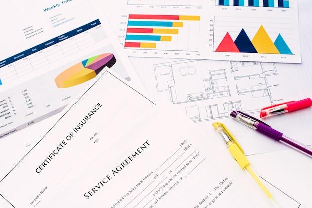 Planos e documentos financeiros com custos, nos negócios imobiliários.